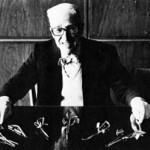 Pedro Curutchet con sus diseños de instrumental quirúrgico, en 1983. Foto: Arq. Bis.