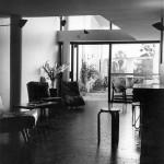 El salón de la vivienda, habitada por la familia Curutchet, en el año 1956. Foto: H. Cóppola